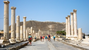 Here the main cardo, the north-south main street, can be seen more clearly, quite wide and bordered by pillars. Markets and plazas would have lined this street under great roofs supported by the pillars.